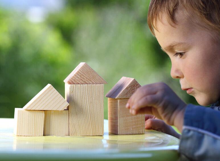 Un garçon avec des cubes en bois